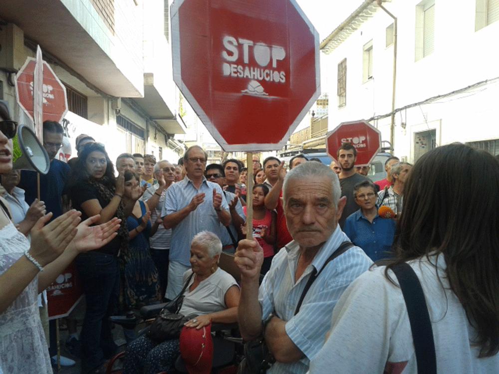 Concentración frente a la vivienda de Liliana y Juan Carlos para frenar el desalojo